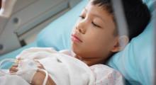 Niño encamado en un hospital