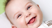 Bebé sacando la lengua