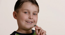 Niño tomando una cápsula