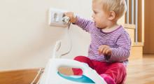 Niño pequeño jugando con un enchufe