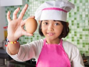 Niño con un huevo en la mano