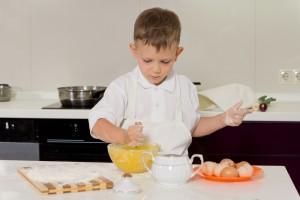 Niño cocinando un huevo