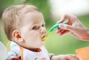 Niño pequeño comiendo con cuchara