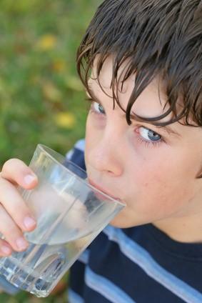 Niño bebiendo un vaso de agua