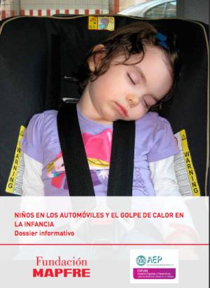 Niña durmiendo dentro de un automóvil
