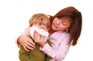 Madre sonando los mocos a su hijo