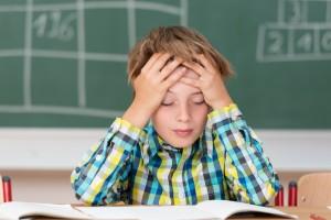 Niño quejándose de dolor de cabeza