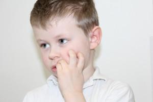 Niño chupándose un dedo