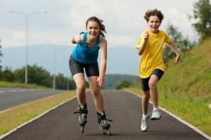 Adolescentes corriendo y patinando