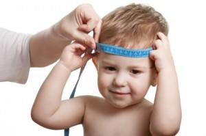 Midiendo el perímetro de la cabeza de un niño