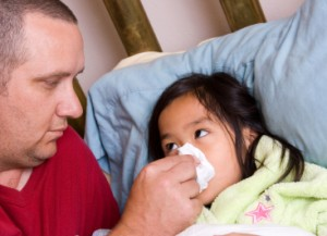 Padre cuidando a su hija con gripe