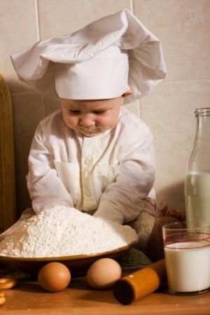 Niño jugando con harina