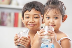 Niños bebiendo leche