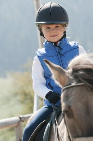 Niña montando a caballo