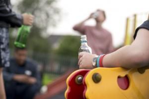 Adolescentes consumiento alcohol