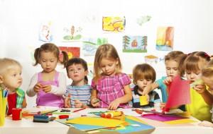 Niños haciendo manualidades en el colegio