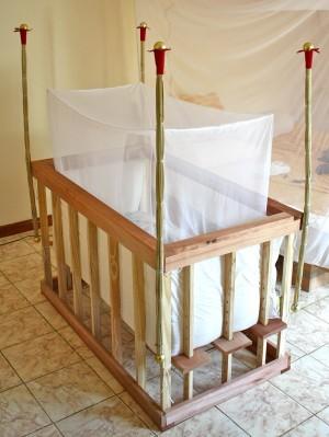 Cuna con mosquitera. Fotografía por rabanito. http://www.flickr.com/photos/rabanito/5410550542/