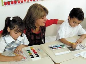 Niños pintando en el colegio