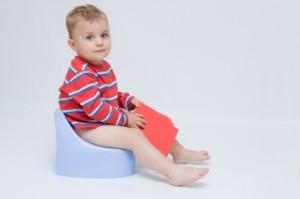 Niño sentado en bacinilla
