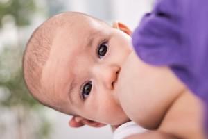 Bebé tomando el pecho