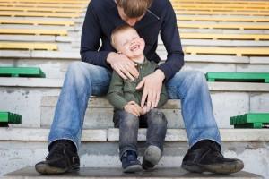 Padre abrazando a un hijo