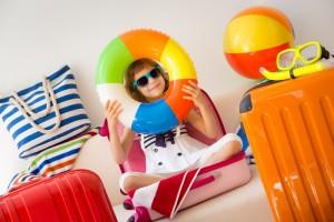 Niño jugando con un flotador