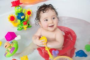 Bebé sentado en una silla de baño