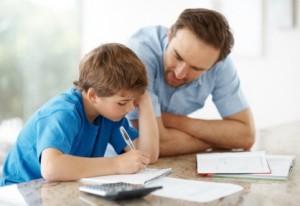 Padre ayudando a su hijo en las tareas escolares