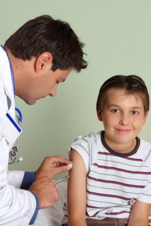 Niño siendo vacunado