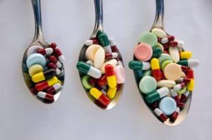 Cucharas llenas de medicinas