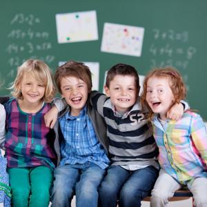 Escolares sentados en un aula