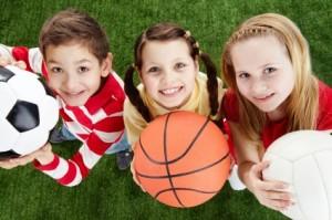 Niños jugando con balones