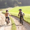 Niños montando en bicicleta