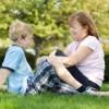 Madre e hijo sentados