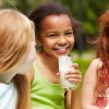 Niñas tomando leche