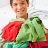 Niño recogiendo la ropa