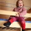 Niño encima de una litera