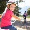 Niña montando en bicicleta