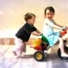 Niños en triciclo