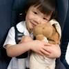 Niña sentada en su dispositivo de retención infantil