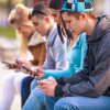 Adolescentes mirando a sus teléfonos móviles