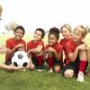 Niños entrenando a fútbol