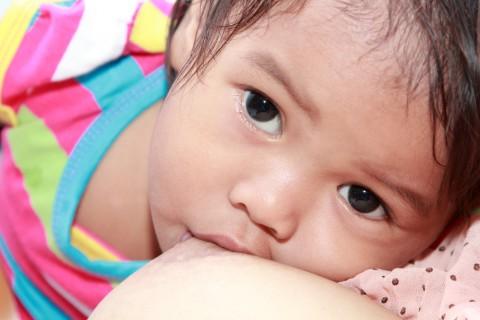 Cuanta leche materna debe tomar un bebe de 7 meses