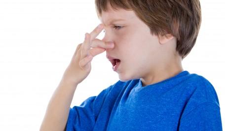 Niño llevándose las manos a la nariz