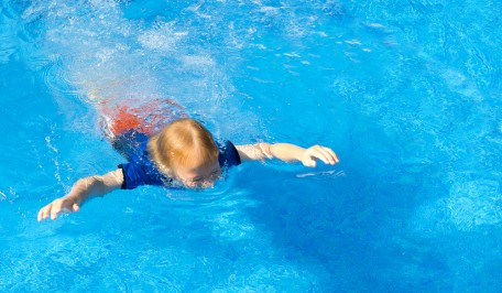 niño aprendiendo a nadar