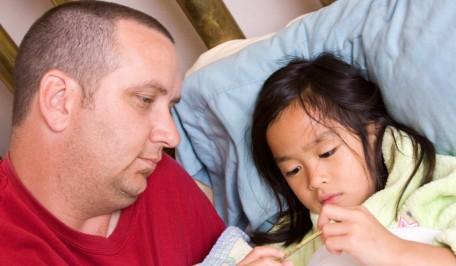 Padre cuidando a su hija con fiebre