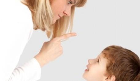 Madre riñendo a su hijo