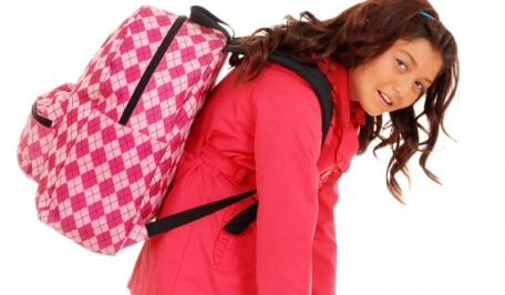 Chica llevando una mochila pesada
