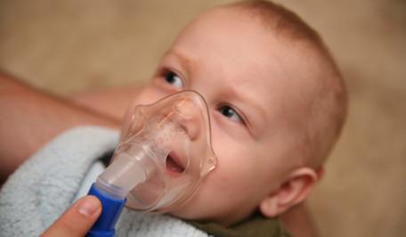 Niño recibiendo una nebulización
